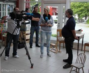 NRK-teamet gjør seg klare til å intervjue Peder Andresen