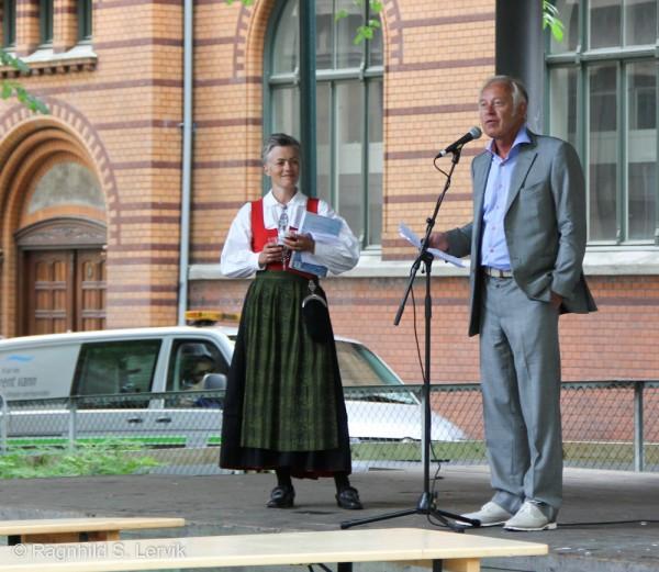 Peter Nome åpner festivalen offisielt, med daglig leder i Oi! Trøndersk mat og drikke AS, Aslaug Rustad i bakgrunnen.