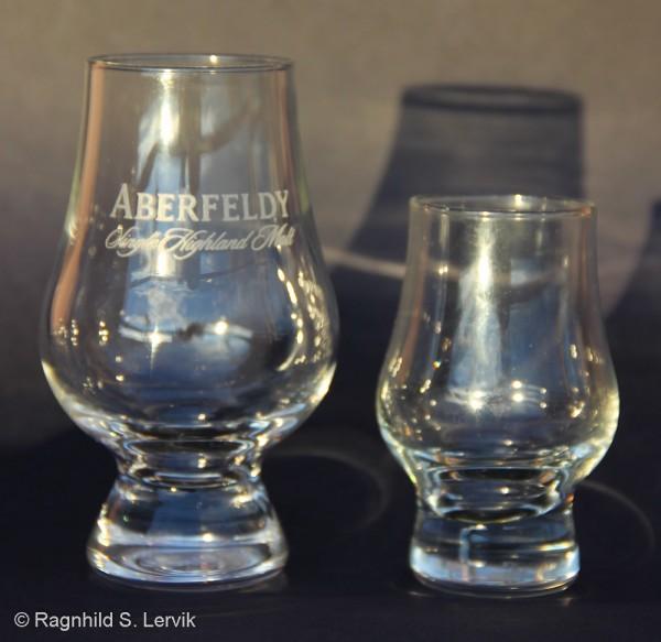Ved siden av det normale glasset for å vise størrelsen.