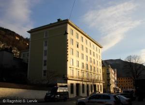 Solen skinner i Bergen og på Grand Terminus, staselig og heldigvis ikke lenger avholds.