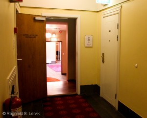 Inngangen til Terminus Hall og Whisky-Meet rett fram, rommet mitt bak den hvite døren til høyre.