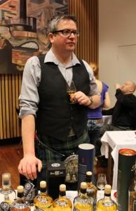 Mark Watt med godt grep om Cadenhead-flaskene