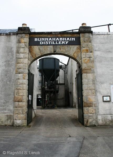 Porten inn til selve destilleriområdet står det respekt av.