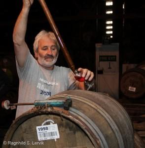 Duncan McGillivray henter opp cask samples til et meget velvillig publikum på Bruichladdich i 2010.