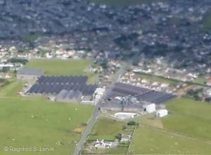 Utsnitt av Kirkwall fra luften, med Highland Park som hovedmotiv.