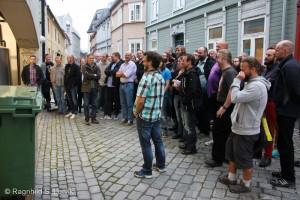 Medlemmene av Det god øls klubb sender beundrende blikk inn mot brygganlegget