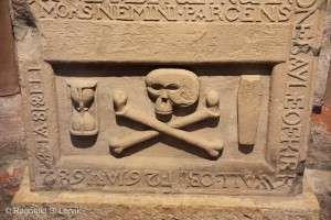 Memento mori. Katedralen var full av slike symboler, gjerne i kombinasjon med maritim symbolikk, vitner om mange liv tapt på sjøen.