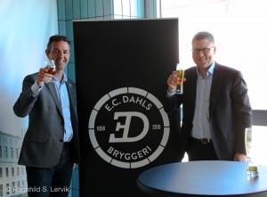 Eric Ottaway og Søren Brinck avslører den nye E. C. Dahls-logoen.