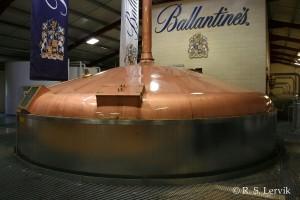 Meskekaret på Glenburgie, med Ballantines-logo bak, siden Glenburgie er en av hovedmaltene i Ballantines.
