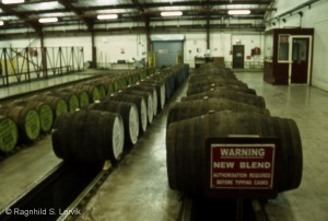 "Fat ligger på rekke og rad og venter på nosing før de skal ""tippes"" slik at whiskyen havner i rennene under og derfra kan transporteres til en vat, ved Chivas Brothers sin blending plant i Keith."