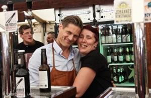 Fornøy bryggerimester Lars-Eric fra Røros bryggeri og mineralvannfabrikk og fornøyd frivillig Mariann.