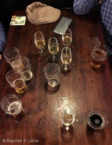 Slik ser det ut når man nerder seg sammen over øl og whisky... Ja, vi var bare fire. Ja, vi hadde bare en liten time.