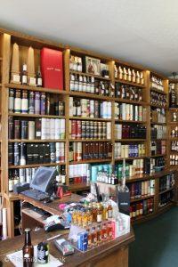 Noen av hyllene på Royal Mile Whiskies (fler bilder på Flickr, se nederst i innlegget).